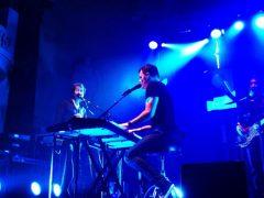 keyboardspelen in een band